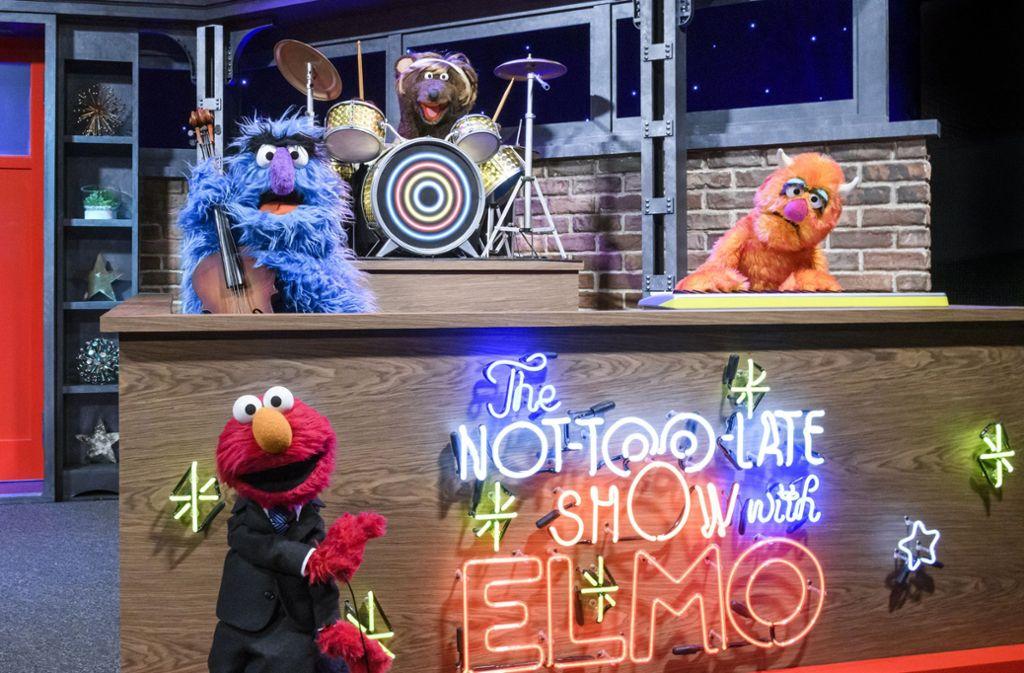 """Das freundliche Monster Elmo (vorne) und die Band seiner """"Not Too Late Show"""" Foto: AP/Zach Hyman"""