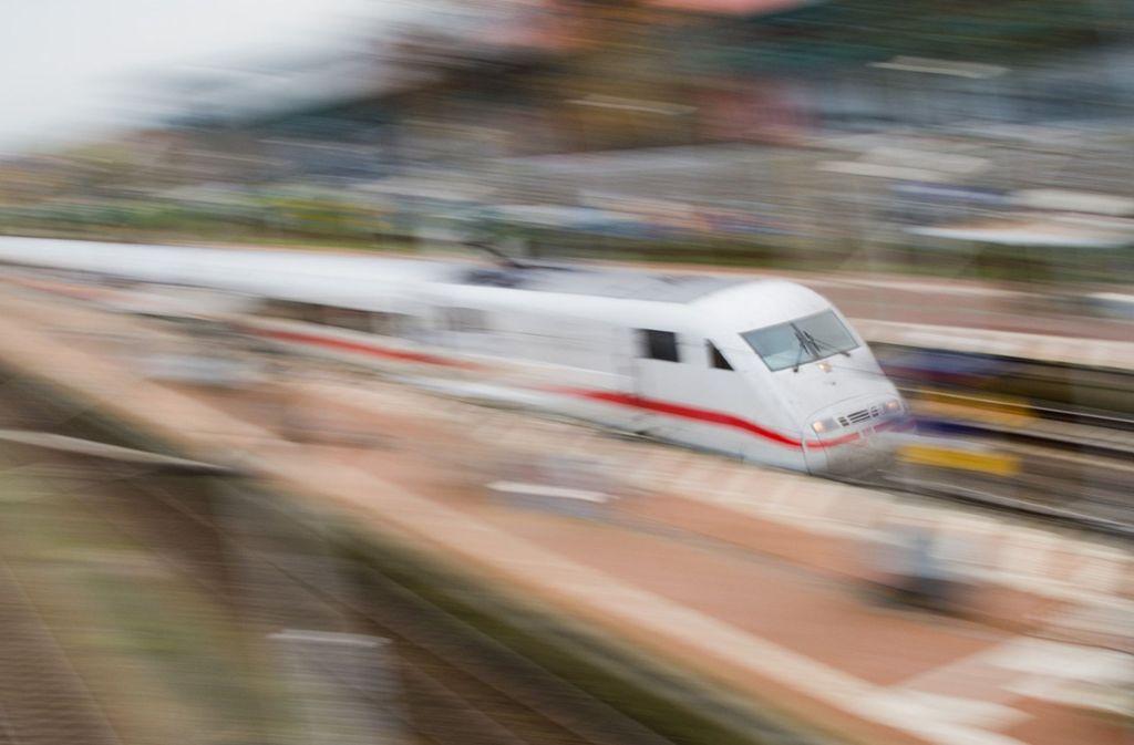 Ein ICE wurde bei Geislingen durch Gegenstände auf den Gleisen behindert. Foto: dpa