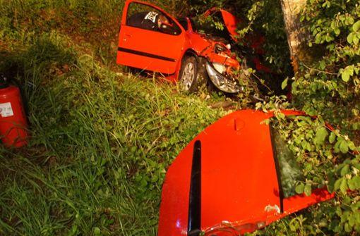 18-jährige Autofahrerin fährt gegen Baum – Fünf Verletzte