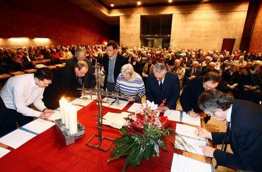Die Gründungsurkunde wird in der Versöhnungskirche unterschrieben. Foto: factum/Granville