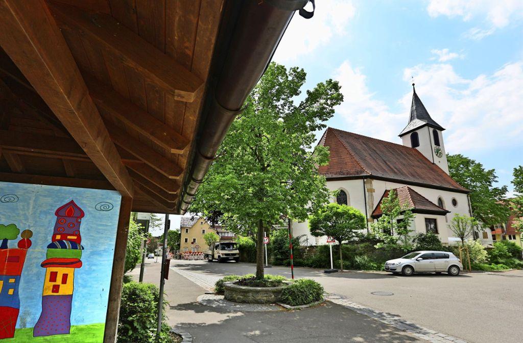 Der  Pfarrhof der  evangelischen Dorfkirche ist eine von 20 Stationen auf dem Historischen Rundweg, der die Roßwäldener Geschichte erlebbar macht. Foto: Archiv/Horst Rudel