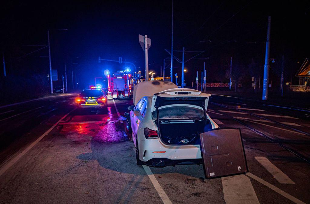Polizisten mussten bis spät in die Nacht den Verkehr an der Kreuzung regeln. Foto: 7aktuell.de/Alexander Hald