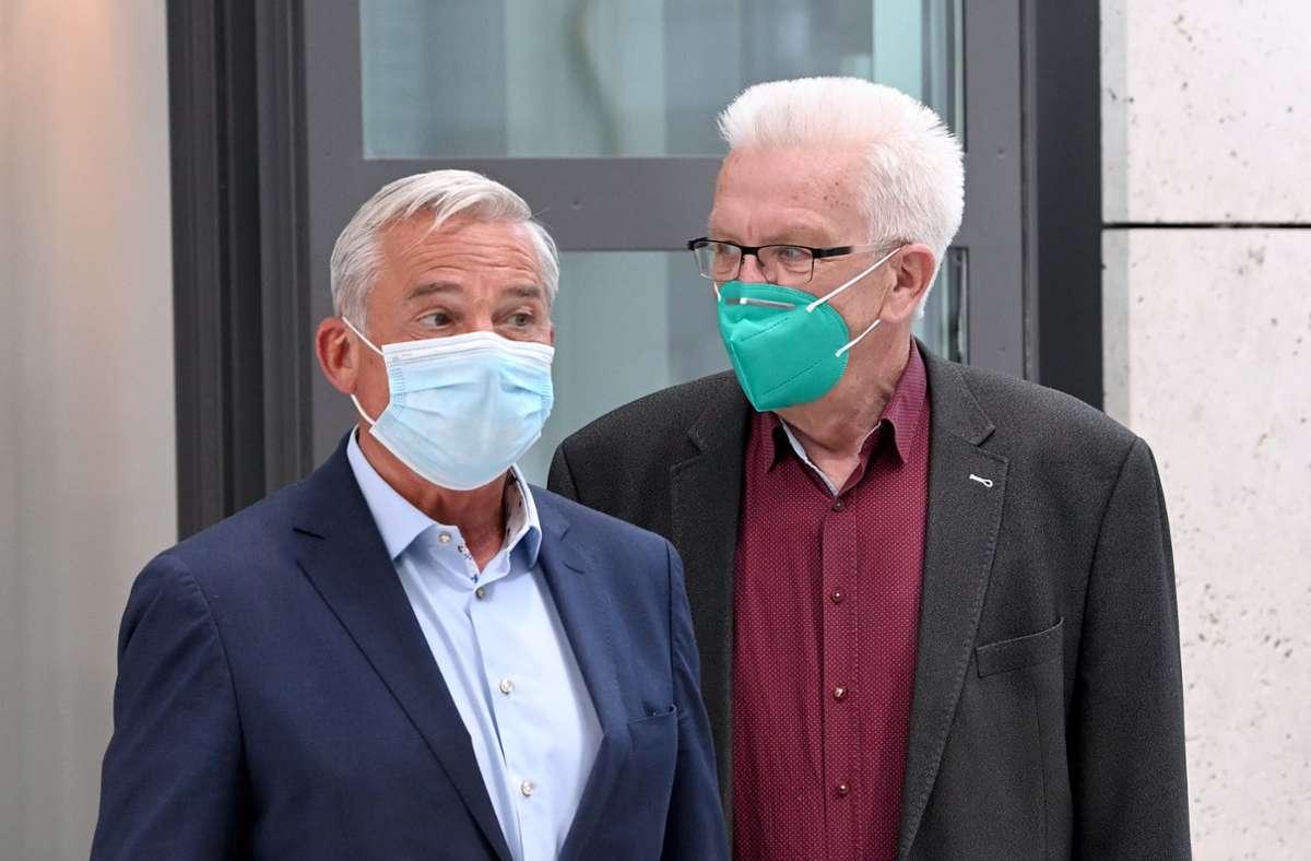 Thomas Strobl (CDU) und Winfried Kretschmann (Grüne) müssen mit einem coronabedingt kleinen Haushalt arbeiten. Foto: dpa/Bernd Weissbrod