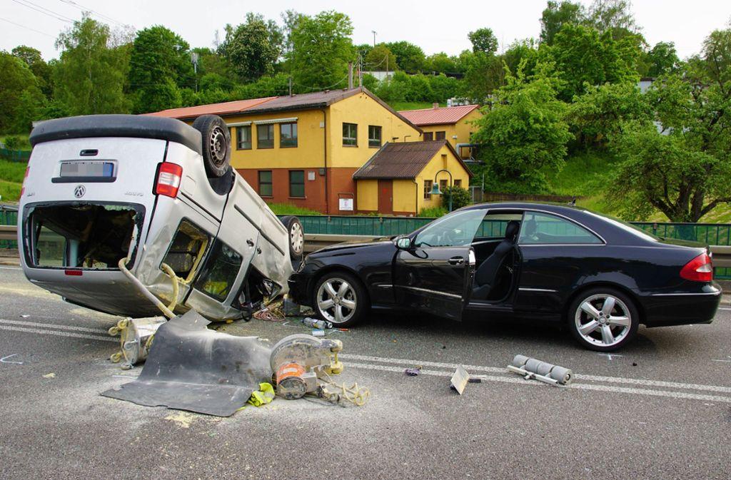 Auf der B312 bei Bempflingen hat es am Freitagnachmittag heftig gekracht. Foto: SDMG