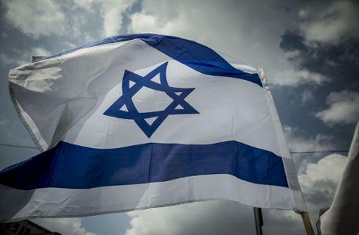 Aus Solidarität weht Israelfahne am Rathaus