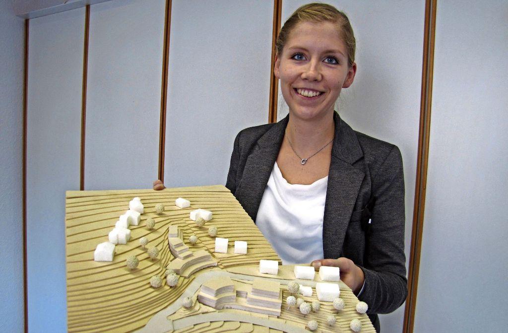 Die Leiterin des Waldenbucher Ordnungsamts, Katharina Jakob, zeigt das Modell des Bauvorhabens im Panoramaweg und der Echterdinger Straße. Die geplanten Gebäude entwickeln sich im mittleren Bereich terrassenförmig den Hang hinauf. Foto: Claudia Barner