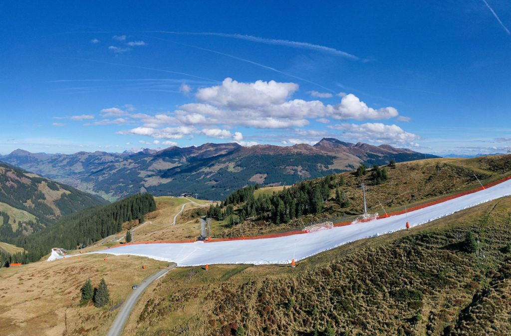 Für die Piste in rund 1800 Metern Höhe wurde Schnee aus dem vergangenen Jahr verwendet.  Foto: dpa