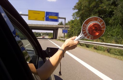 Lkw-Fahrer übersieht Audi    beim Ausscheren