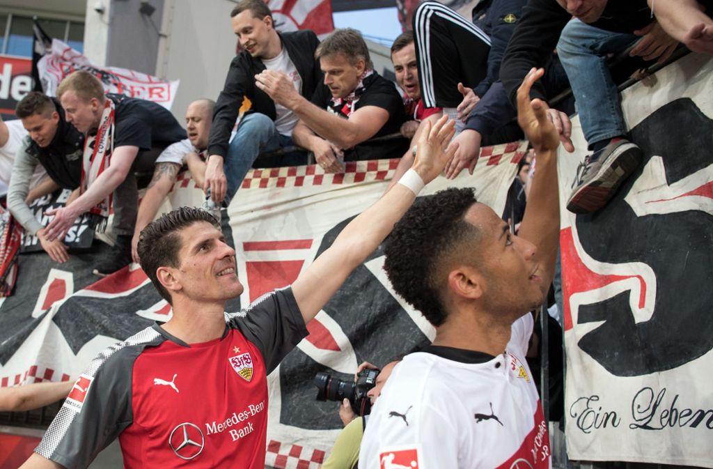 Mario Gomez (links) hat einen wichtigen Beitrag zur Stabilisierung des VfB Stuttgart geleistet. Foto: dpa