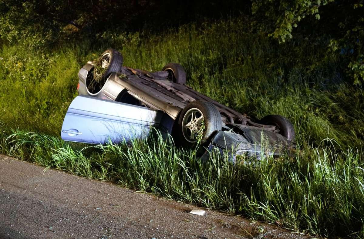 Der Mercedes landete auf dem Dach. Foto: SDMG/SDMG / Woelfl