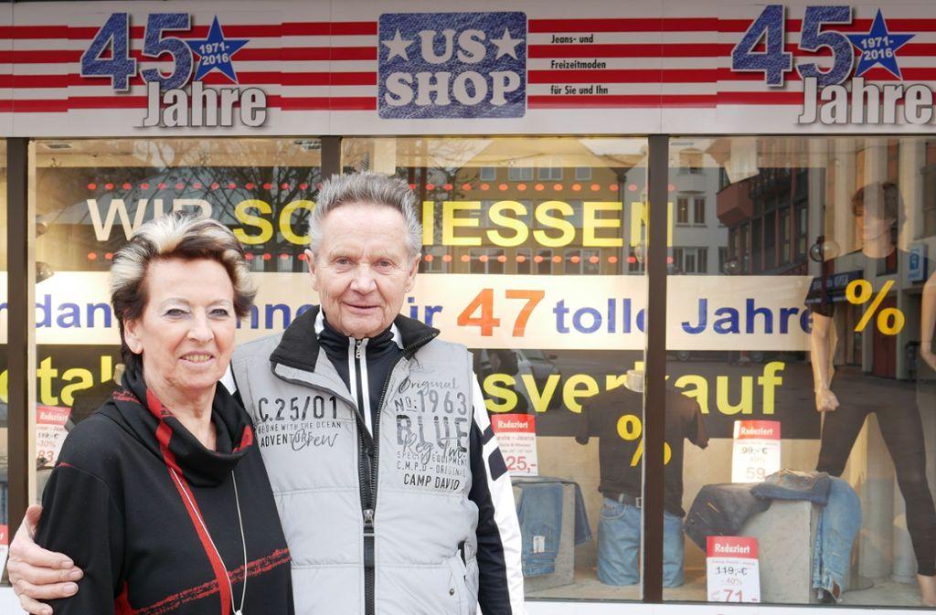 Hans und Doris Guryca betreiben den US-Shop nun seit 47 Jahren. Im April schließen sie die Türen für immer. Foto: Eileen Breuer