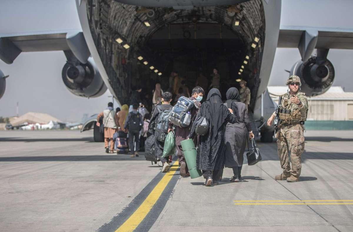 Menschen in Kabul  auf dem Weg in eine Maschine  der US Marine Corps. Foto: AFP/SAMUEL RUIZ