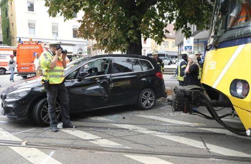 Auto und Stadtbahn stoßen zusammen – Straße gesperrt