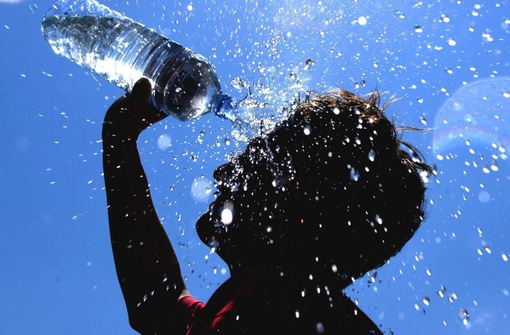Eine Wasserdusche für den Kopf verschafft kurz Abkühlung. Wer zur Erfrischung etwas trinken möchte, sollte darauf achten, dass das Wasser nicht allzu kalt ist. Foto: dpa