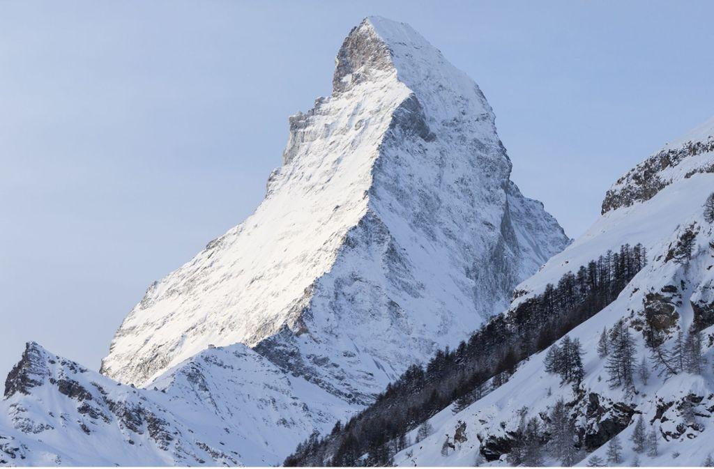 Dass das Matterhorn bei Zermatt in der Schweiz bröckelt und seine weltbekannte Gestalt mit der zipfelmützenartigen Spitze demnächst verliert, ist nicht zu erwarten. Dass uralte Bergsteigerrouten zu gefährlich werden, dagegen schon. Foto: Dominic Steinmann/Keystone/dpa