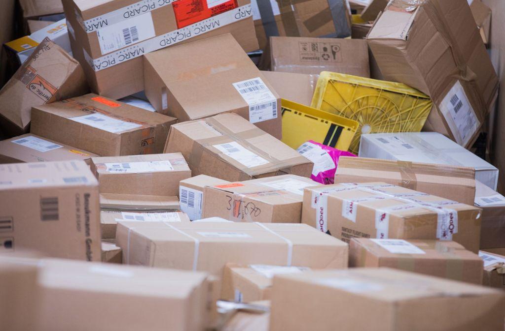 Der Online-Handel lässt Deutschlands Paketberge weiter wachsen: Die Logistikunternehmen rechnen im diesjährigen Weihnachtsgeschäft mit so vielen Zustellungen wie noch nie zuvor. Foto: Rolf Vennenbernd/dpa