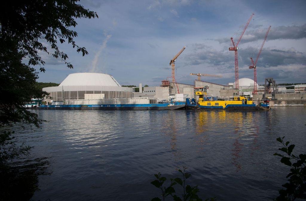 Der radioaktive Müll ist auf dem Lastenschiff vor dem Atomkraftwerk in Neckarwestheim angekommen. (Archivfoto) Foto: dpa