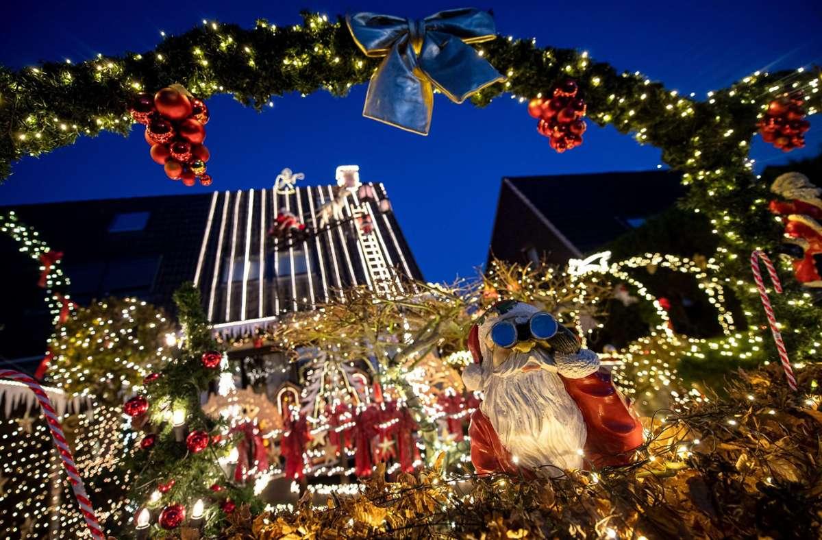 Mit rund 60 000 Lichtern ist ein Haus weihnachtlich geschmückt. Monatelang hat die Familie Borchart gebastelt und geschmückt. Nun ist ihr Haus bis in die Dachspitze hinein mit Lichtern versehen. Weitere Beispiele sehen Sie in unserer Bildergalerie. Foto: dpa/Sina Schuldt