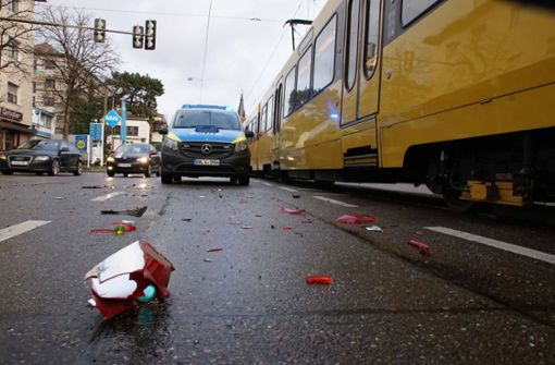 Autofahrer biegt verkehrswidrig ab und übersieht Stadtbahn