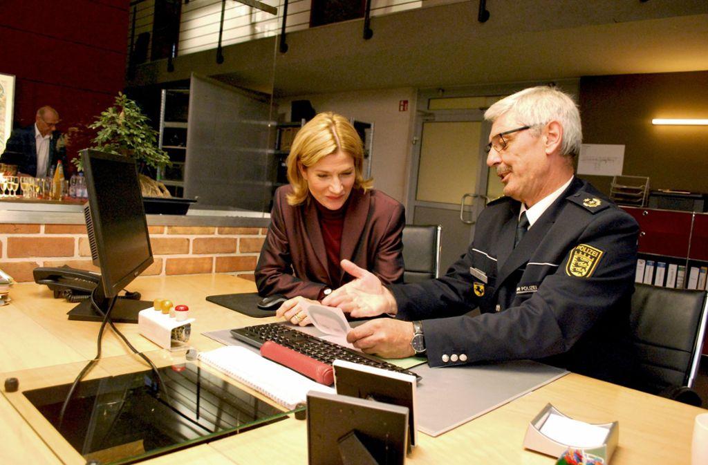 Fernseh-Kommissarin Astrid M. Fünderich und Polizeipräsident Franz Lutz in den Soko-Studios im Römerkastell Foto: Steegmüller
