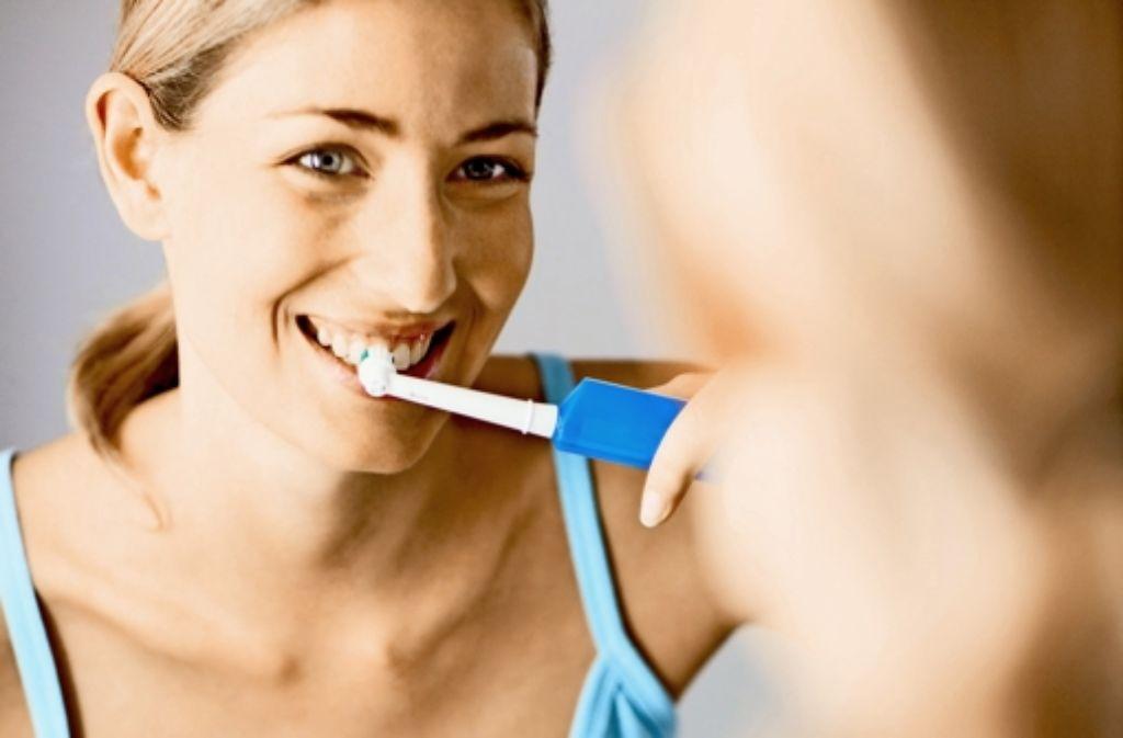 Elektrische Zahnbürsten drückt man leicht auf den Zahn und lässt sie arbeiten. Foto: Mauritius
