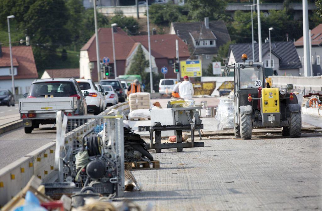 Die Sanierungsarbeiten auf der Brücke sind in vollem Gange. Foto: Ines Rudel