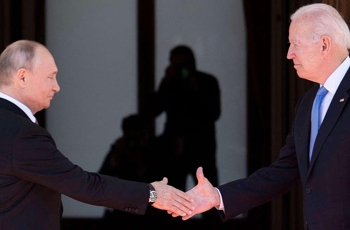 US-Präsident Joe Biden und der russische Staatschef Wladimir Putin geben sich die Hand. Foto: AFP/BRENDAN SMIALOWSKI