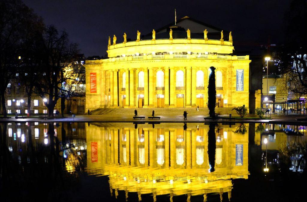 So schön leuchtet die Oper. Aber der Eindruck täuscht: Das Gebäude muss dringend saniert werden. Foto: dpa