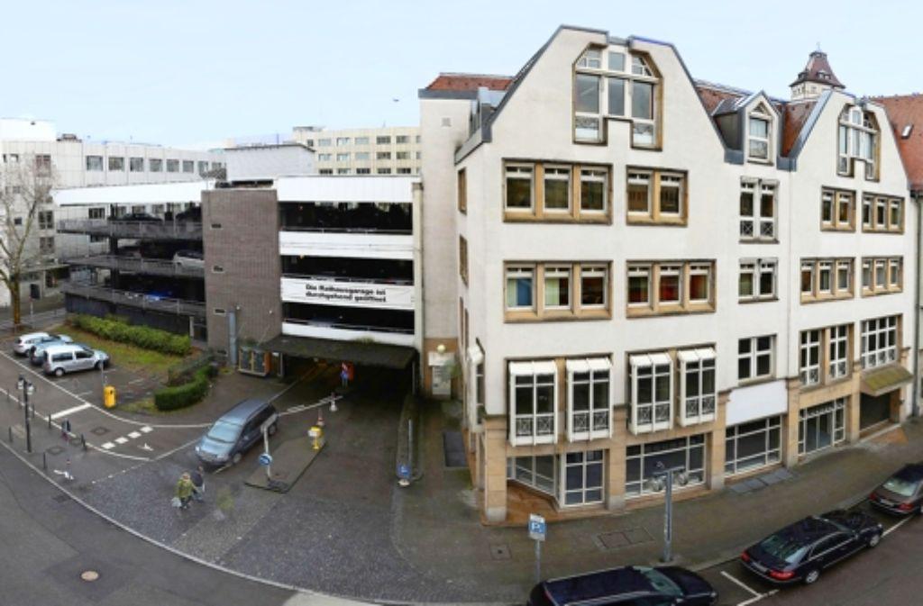 """Der """"Hinterhof"""" des Rathauses soll städtebaulich aufgewertet werden. Foto: Achim Zweygarth"""
