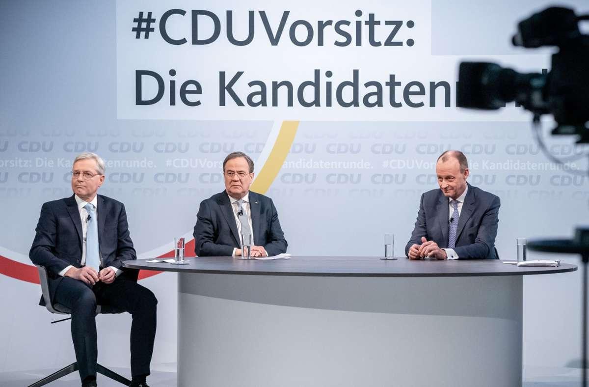 Die drei Kandidaten für den CDU-Parteivorsitz Friedrich Merz, Armin Laschet (M) und Norbert Röttgen (l) sitzen vor Beginn einer Diskussionsrunde im Konrad-Adenauer-Haus. Foto: dpa/Michael Kappeler