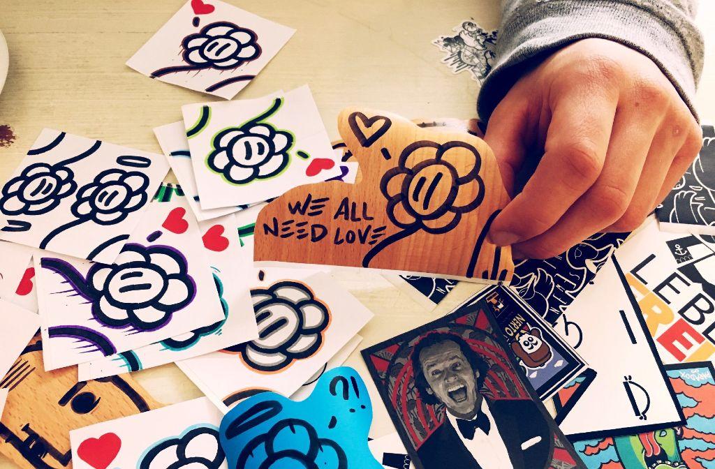 Stickerbombin in Stuttgart: Flowa zeichnet seine Stickaz von Hand. Foto: Tanja Simoncev
