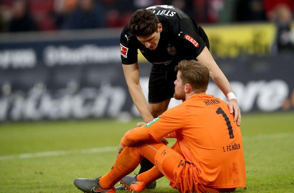 Aufbauhilfe: VfB-Torjäger Mario Gomez tröstet den Kölner Torwart Timo Horn. Foto: Getty