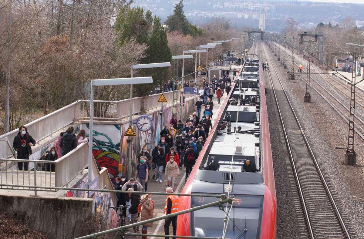 Menschen verlassen aufgrund eines Notfalleinsatzes nahe der Haltestelle Sommerrain eine S-Bahn. Der Zugverkehr entfiel auf Teilen der Linien S2 und S3. Foto: Andreas Rosar Fotoagentur-Stuttg/Andreas Rosar Fotoagentur-Stuttg