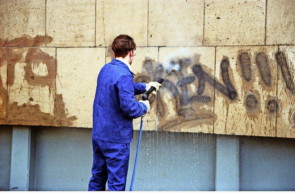 Die Hinterlassenschaften der Sprayer zu beseitigen, ist teuer. Die Kosten für das Entfernen  zahlen die Geschädigten selbst, sofern die Täter nicht ermittelt werden. Foto: Caro/Sorge