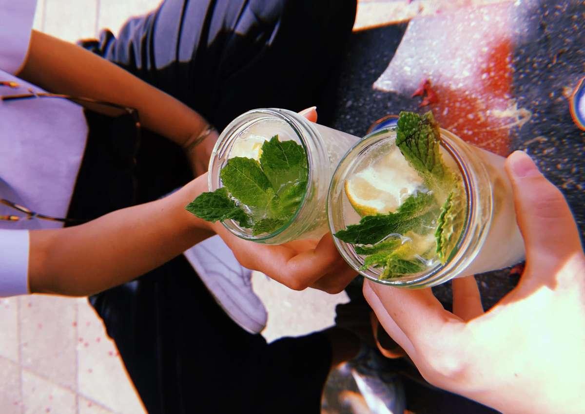 Kühle Getränke to go gibts im Kessel neuerdings auch im Marmeladenglas. Diese nachhaltige Variante kommt bei den Stadtkindern bestens an. Foto: Tanja Simoncev