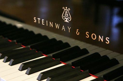 Pianisten aus Asien spielen auf ferngesteuertem Klavier
