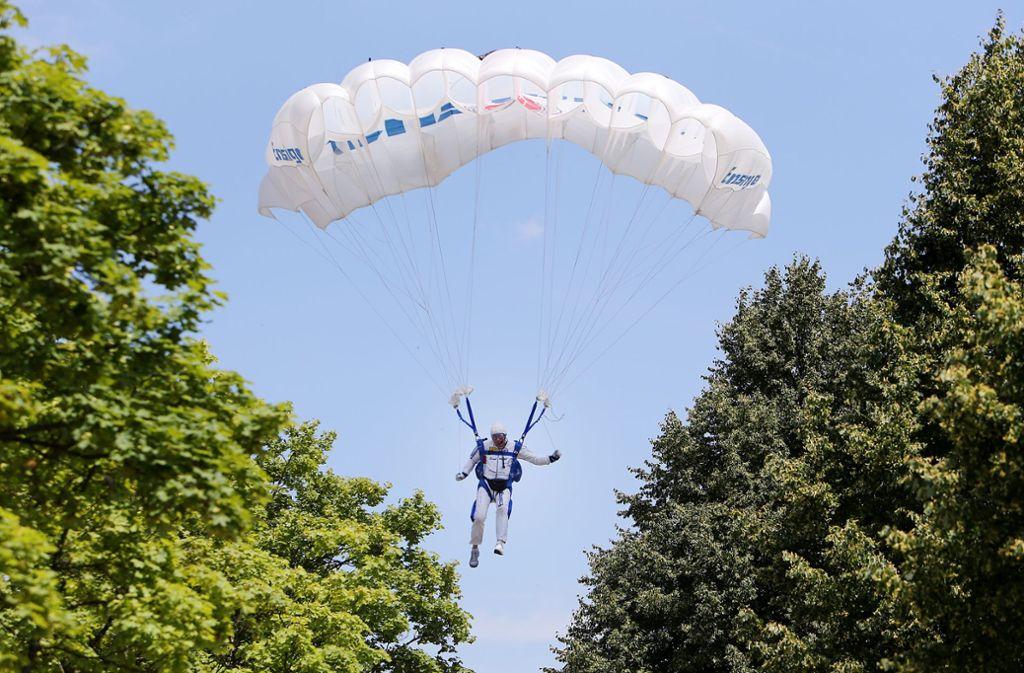 Ein Fallschirmspringer hat sich beim Landeanflug verletzt (Symbolbild). Foto: Pressefoto Baumann
