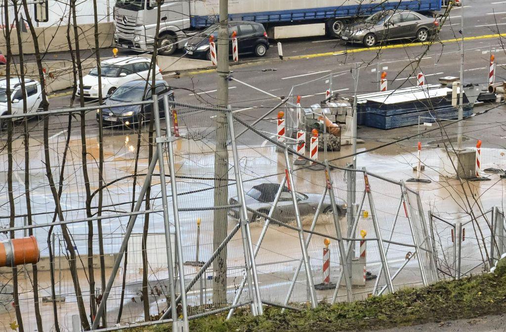 Die Bundesstraße stand am Freitagnachmittag bei der Wilhelma unter Wasser. Foto: 7aktuell.de/Rüter
