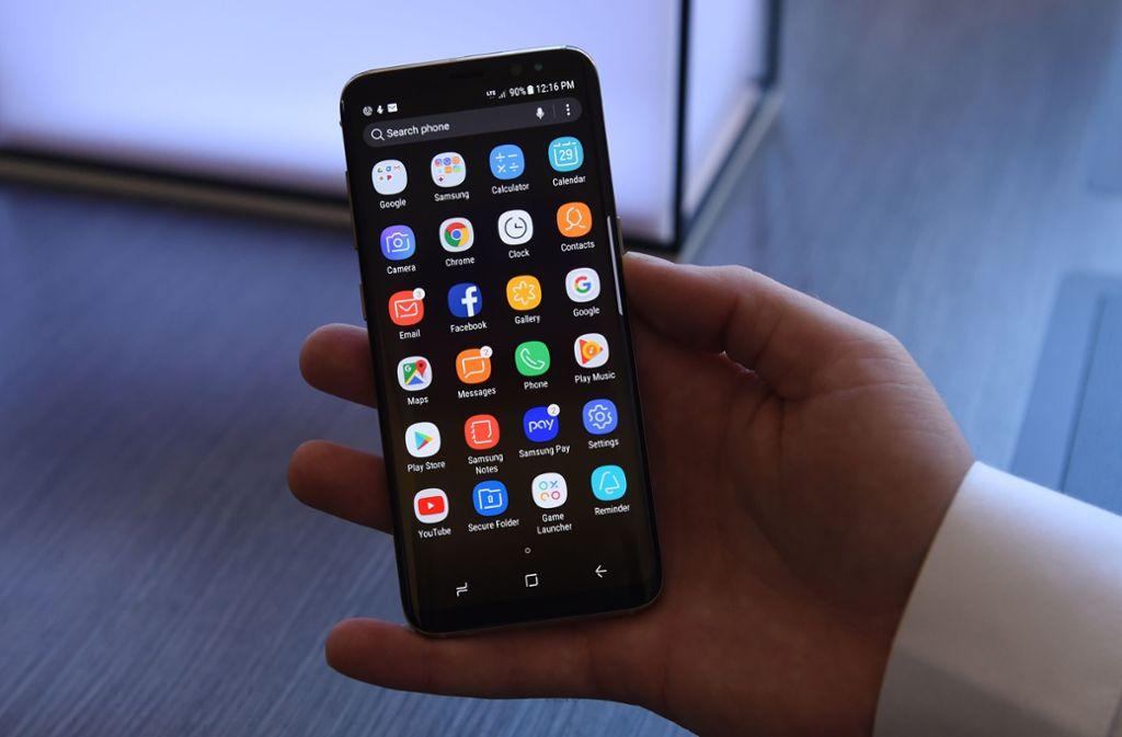Das Samsung Galaxy S8 dient derzeit als Diensthandy bei der Deutschen Bundeswehr. Die Funktionen sind allerdings sehr eingeschränkt. Foto: AFP/TIMOTHY A. CLARY