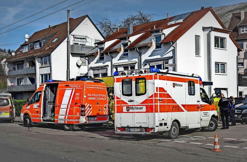 In dem Reiheneckhaus an der Ecke Obertürkheimer Straße/Lerchenbergstraße ist am Montag  eine Familie mit zwei kleinen Kindern ums Leben gekommen. Foto: SDMG