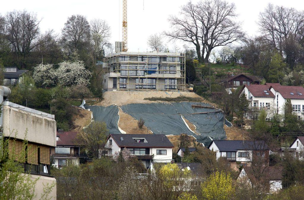In Zizishausen nichts Neues: der abgerutschte Hang ist noch immer mit Planen abgedeckt und wartet auf seine Sanierung. Foto: Horst Rudel