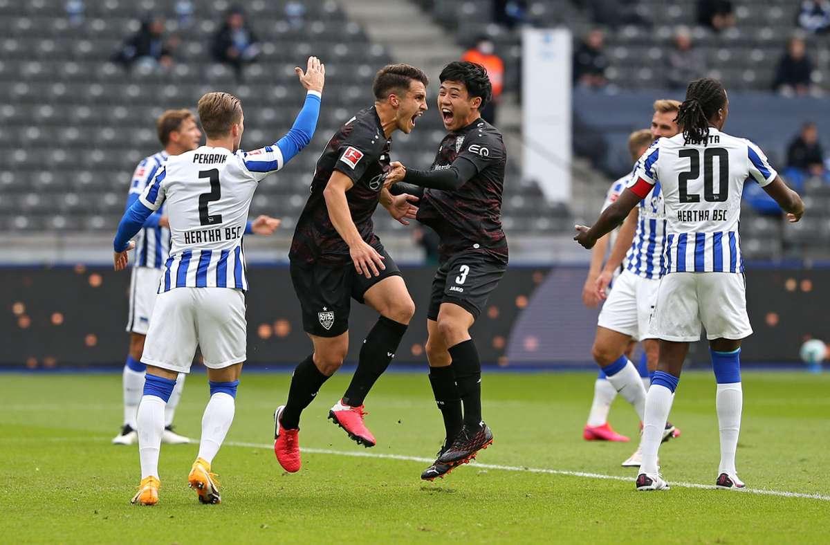 Die VfB-Spieler hüpfen vor Freude: Torschütze Marc Oliver Kempf (links) und Wataru Endo jubeln. Foto: Baumann