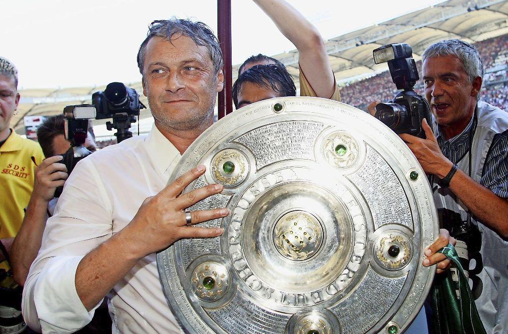 Mann mit Schale: Armin Veh nach dem Titelgewinn mit dem VfB Stuttgart. Foto: Baumann
