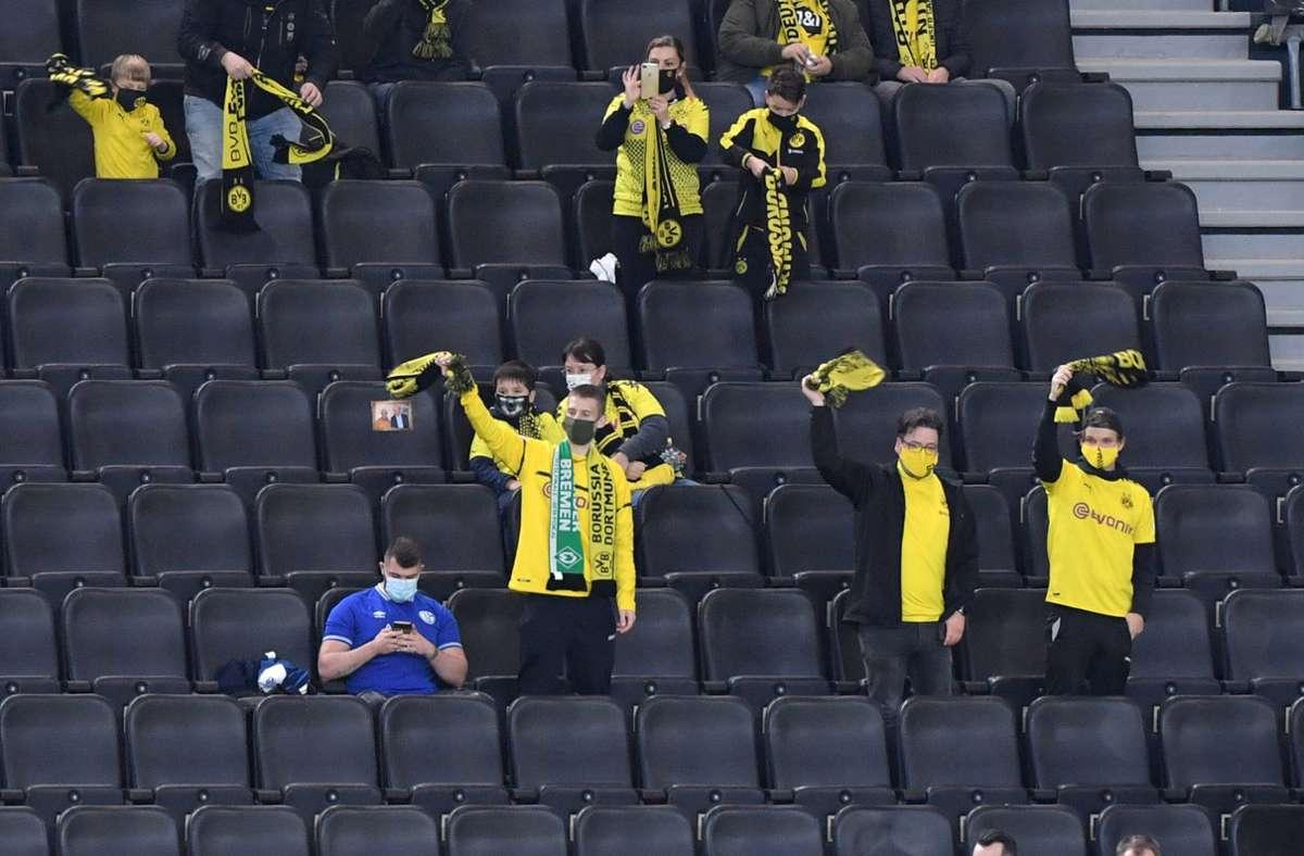 Ein einsamer Schalke-Fan beim Derby gegen Borussia Dortmund. Foto: imago images/Maik Hölter/Pool