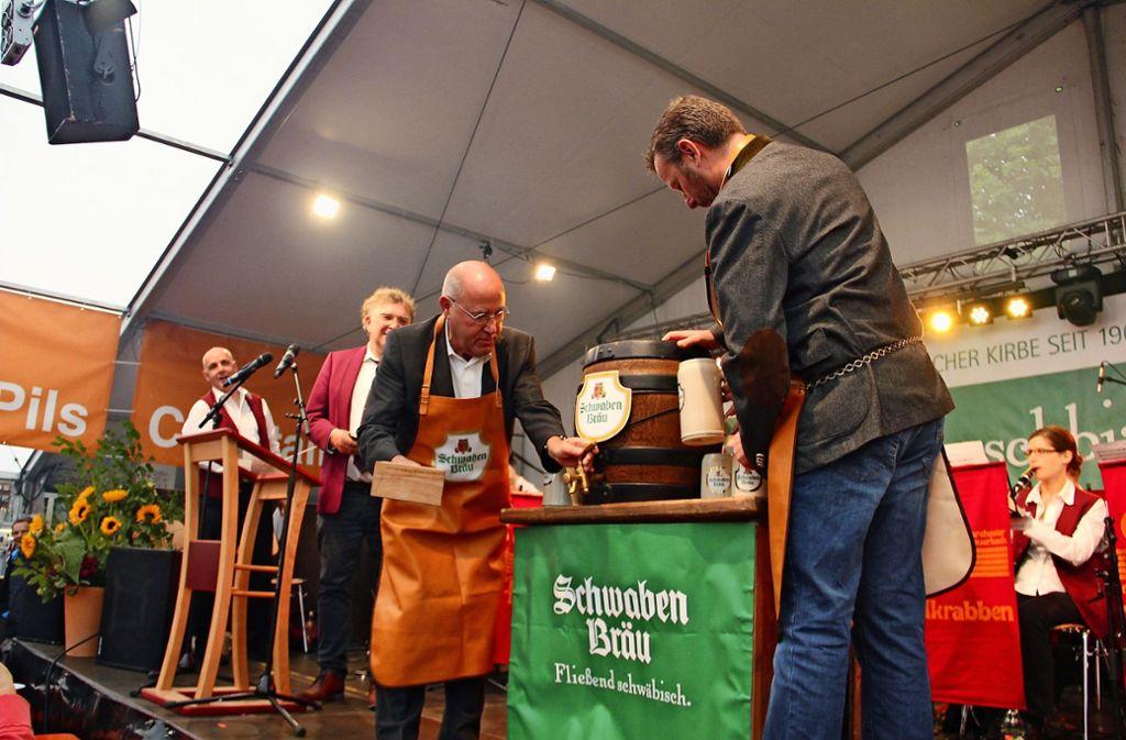 Nach zwei Schlägen auf den Spund floss das Bier. Foto: Torsten Ströbele