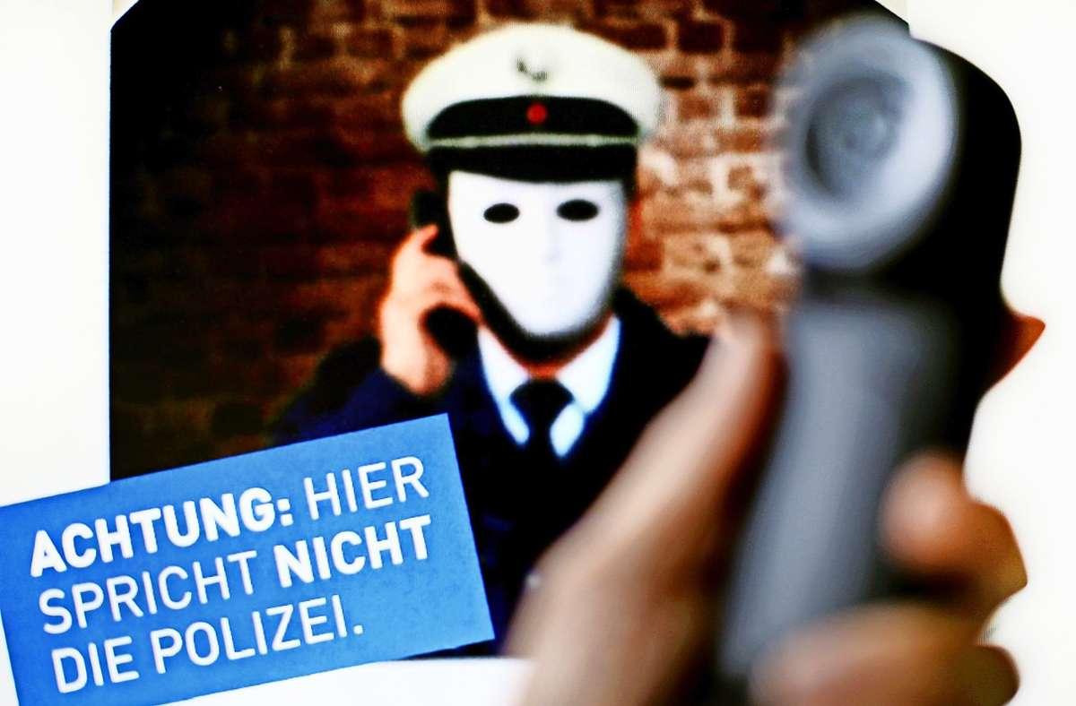 Falsche Polizeibeamte waren in Künzelsau unterwegs. (Symbolbild) Foto: dpa/Martin Gerten