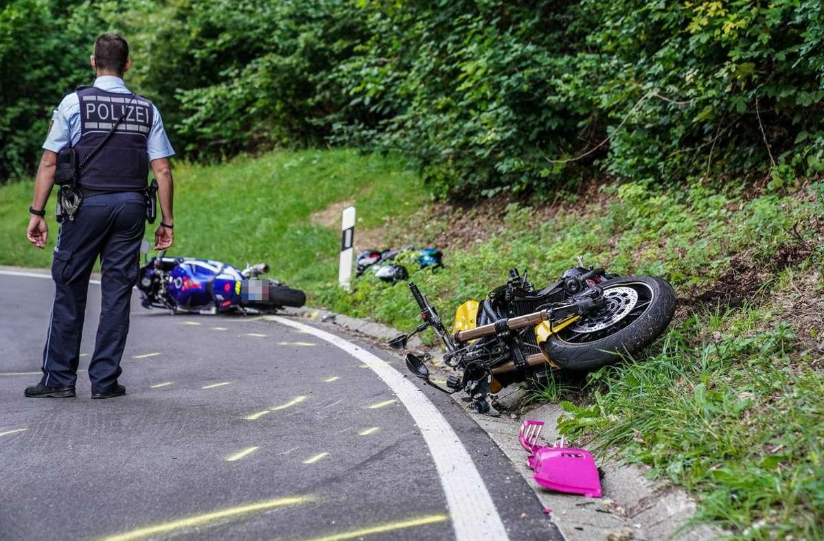 Ein Polizist begutachtet den Unfallort. Foto: SDMG/Kohls