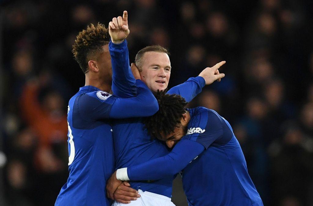 Wayne Rooney lässt sich von seinen Mannschaftskollegen feiern. Foto: AFP
