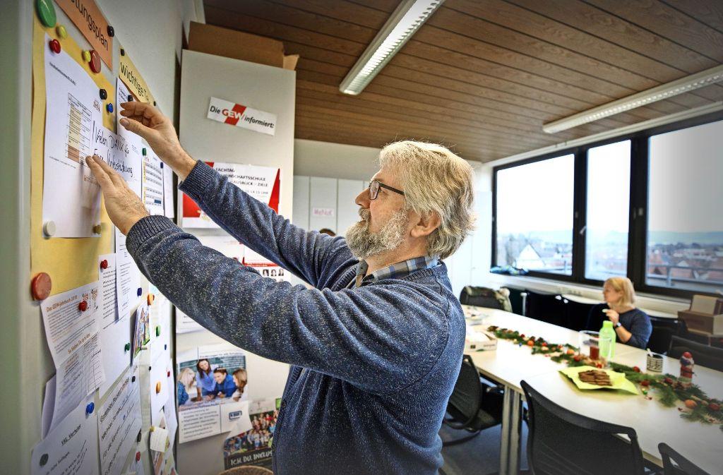 Peter Heilig gehört schon fast zum Inventar des Lehrerzimmers. Foto: Gottfried Stoppel