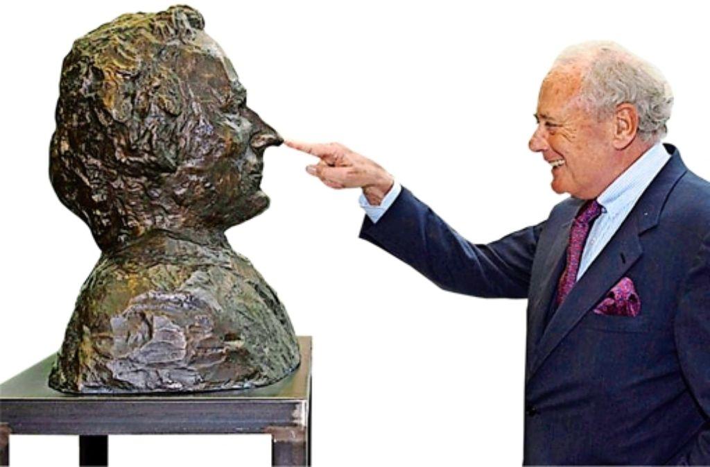 Reinhold Würth mit seinem bronzenen  Ebenbild von  Alfred Hrdlicka (1996). Foto: StZ
